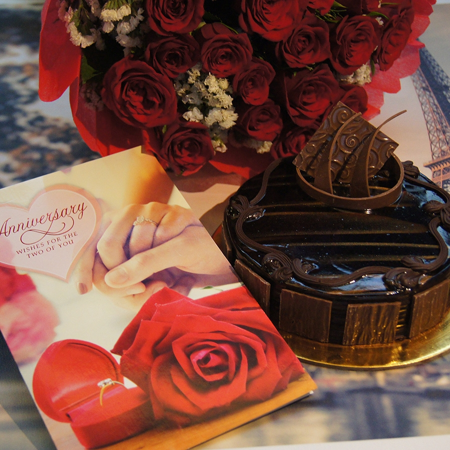 Anniversary card with Dutch truffle 500gms and Red hand bouquet